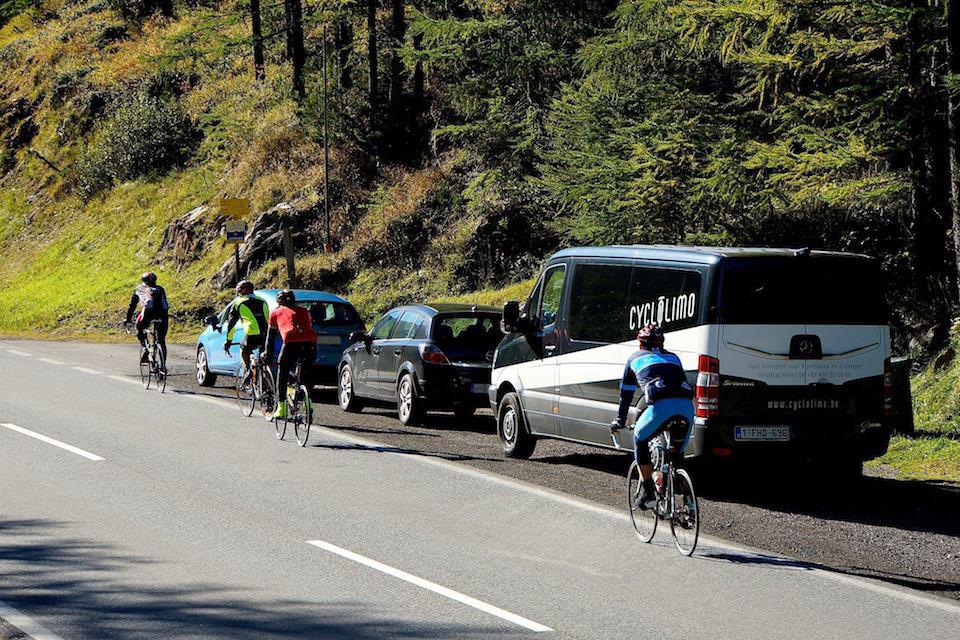 CycloLimo passage aan geparkeerde volgwagen