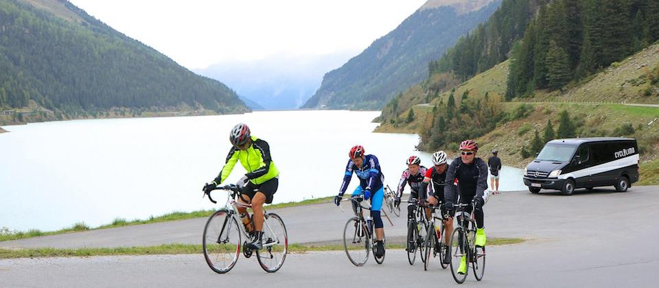 CycloLimo fietsgroep vertrekt aan Oostenrijks bergmeer
