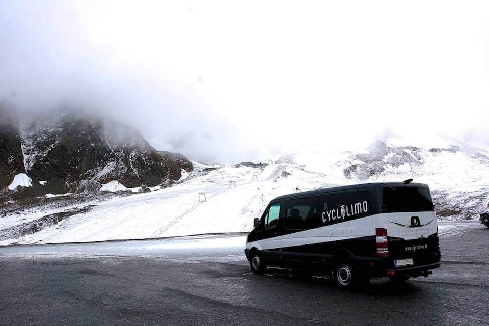 CycloLimo tussen besneeuwde bergen